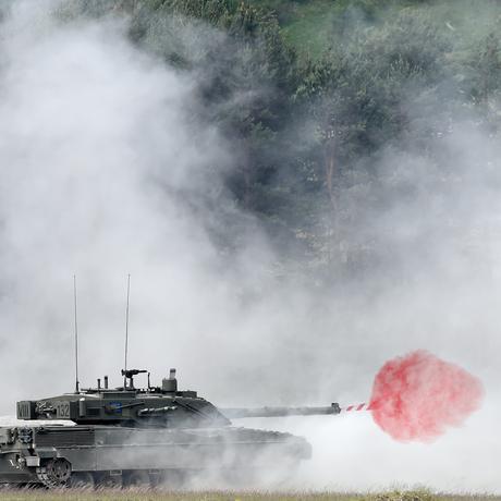 """Ein italienischer Panzer des Typs """"Ariete"""" während eines Übungseinsatzes in der Nähe von Eschenbach in Süddeutschland"""