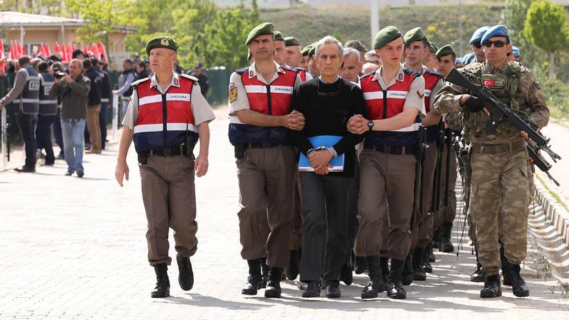 """Putschversuch in der Türkei: Demonstranten warfen Akın Öztürk einen Henkersknoten zu und schrieen """"Todesstrafe!""""."""