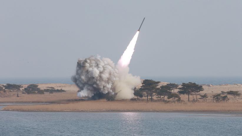 Atomwaffenverbot: Ein Raketenstart in Nordkorea. Das Land arbeitet an der Entwicklung von Atomwaffen. Das Foto stammt von der staatlichen Nachrichtenagentur Nordkoreas.