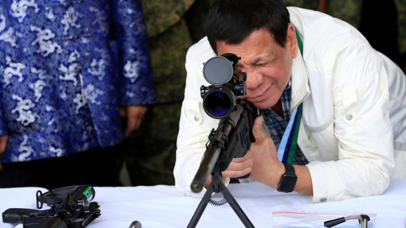 Philippinen: Der Präsident der Philippinen, Rodrigo Duterte, an einem Scharfschützengewehr, das zusammen mit anderen Waffen aus China geliefert wurde