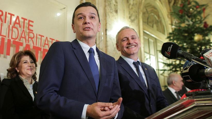 Rumänien: Rumäniens Ministerpräsident Sorin Grindeanu (M.) und der Parteichef der sozialdemokratischen PSD, Liviu Dragnea (r.)