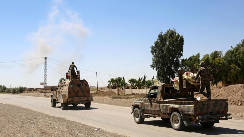 Syrien: Kämpfer der Syrischen Demokratischen Kräfte in einem Außenbezirk der IS-Hochburg Rakka