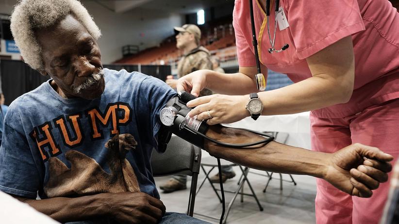 US-Gesundheitsreform: Thyleb Ramadhan lässt seinen Blutdruck in einer mobilen Klinik prüfen, die für zwei Tage in Olean, New York, Menschen hilft, die sich keine medizinische Versorgung leisten können.