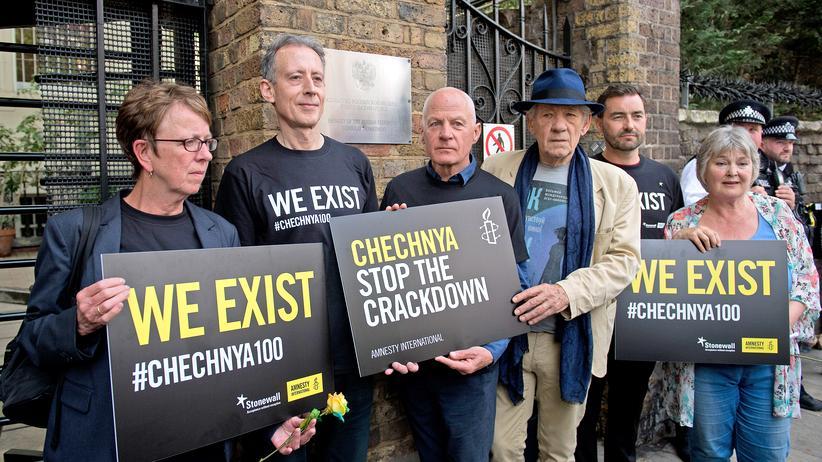 Humanitätsvisum: Aktivisten und der britische Schauspieler Ian McKellen (vierter v.l.) demonstrieren gegen die Verfolgung Homosexueller in Tschetschenien.
