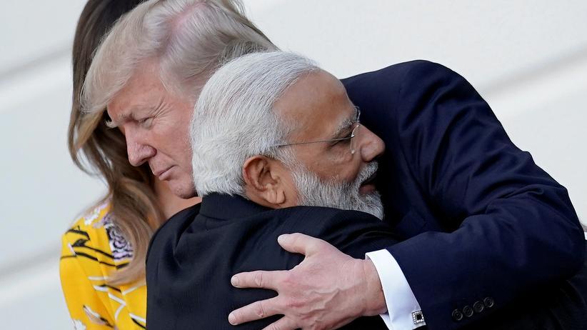 USA: US-Präsident Donald Trump umarmt Indiens Ministerpräsident Narendra Modi.