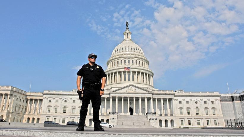 USA: Ein Polizist vor dem Kapitol, dem US-amerikanischen Parlamentsgebäude in der Hauptstadt Washington.
