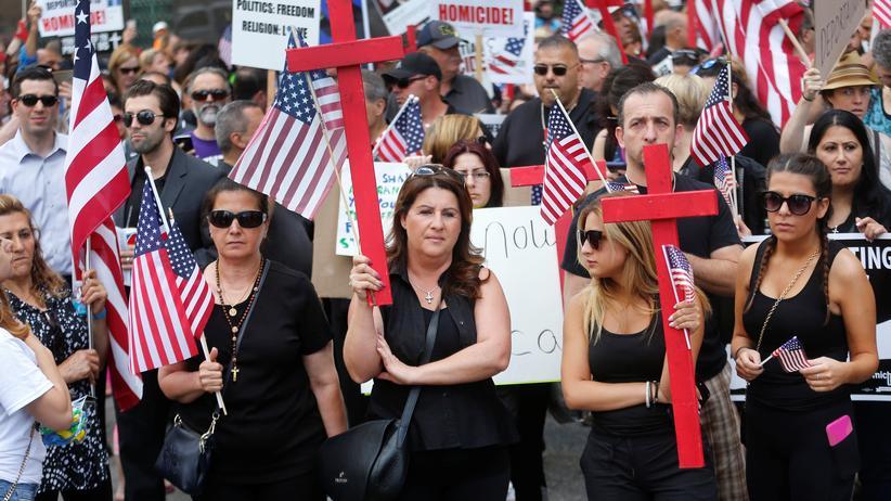 US-Einwanderungsbehörde: Menschen protestieren vor dem Gericht im US-Bundesstaat Michigan, in dem über die Ausweisung von Irakern entschieden wird.