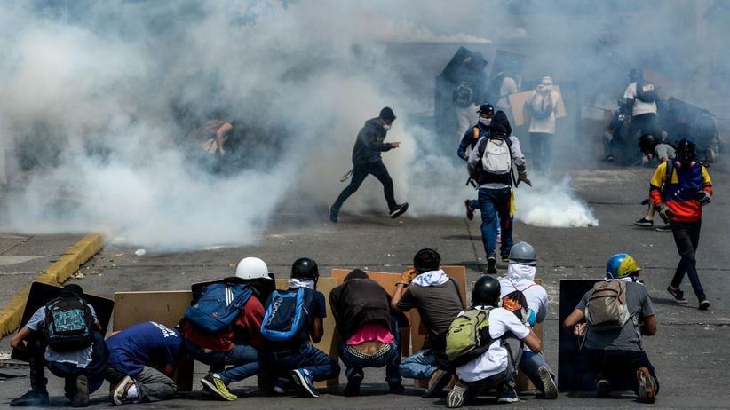 Venezuela: Regierungskritische Demonstranten stoßen in Venezuelas Hauptstadt mit der Polizei zusammen. Seit Anfang April gab es 77 Tote.