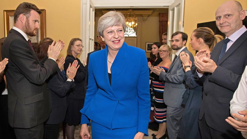 Großbritannien: May will ihr Regierungsteam behalten