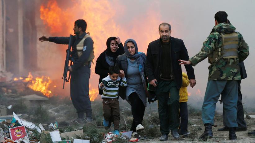 Afghanistan: Kabul am 13. März 2017: Wie so oft müssen sich Menschen auch an diesem Tag vor der Detonation einer Bombe in Sicherheit bringen.