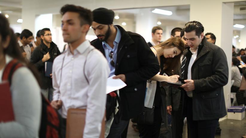 Arbeitsmarkt: Besucher einer Jobmesse in Los Angeles