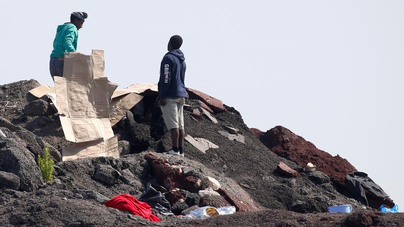 Calais: Flüchtlinge versuchen sich in der Nähe von Calais eine Unterkunft zu bauen.