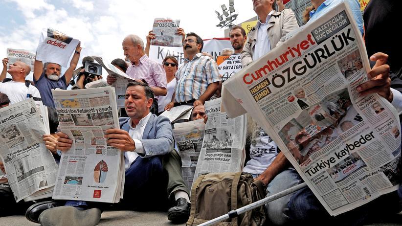 """Cumhuriyet: In Istanbul demonstrieren Menschen gegen den """"Cumhuriyet""""-Prozess."""
