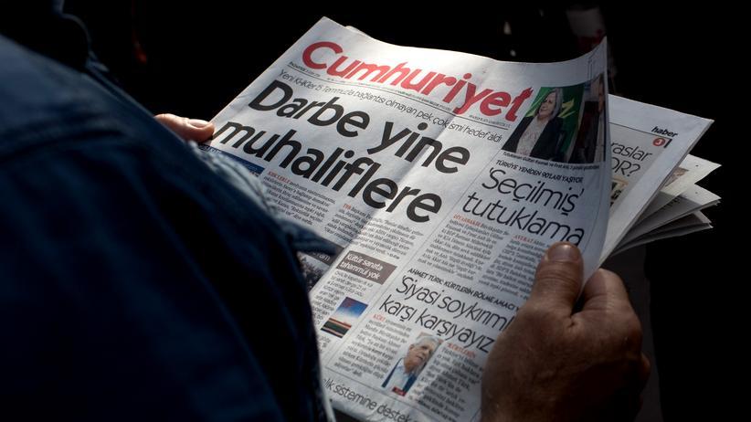 """Türkei: Ein Leser mit einer Ausgabe der """"Cumhuriyet"""""""
