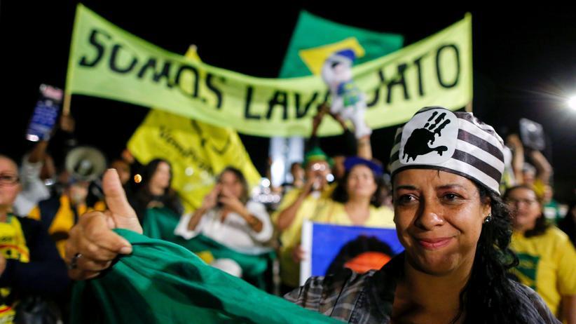 "Brasilien: Demonstranten in Brasilia feiern das Urteil gegen Luiz Inácio ""Lula"" da Silva."