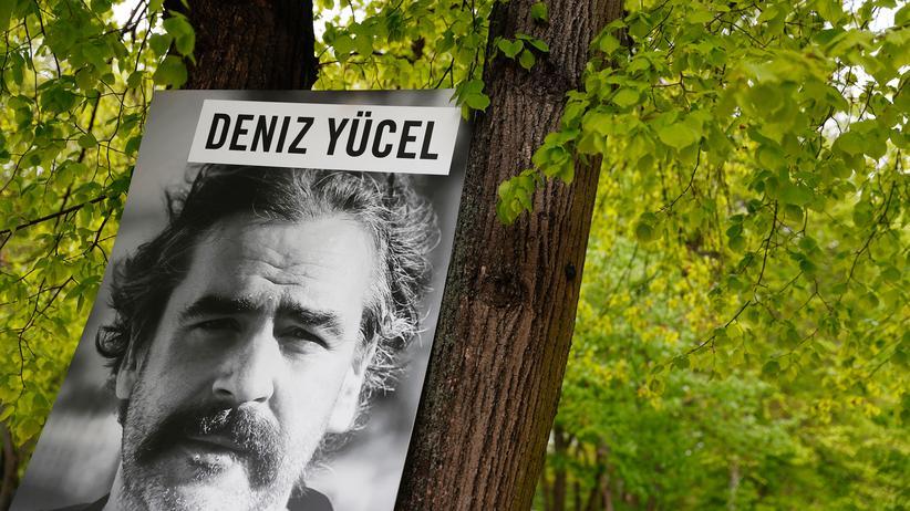 Türkei: Aktivisten von Amnesty International hatten zum Internationalen Tag der Pressefreiheit am 3. Mai ein Plakat mit einem Bild von Deniz Yücel vor der türkischen Botschaft in Berlin angebracht.