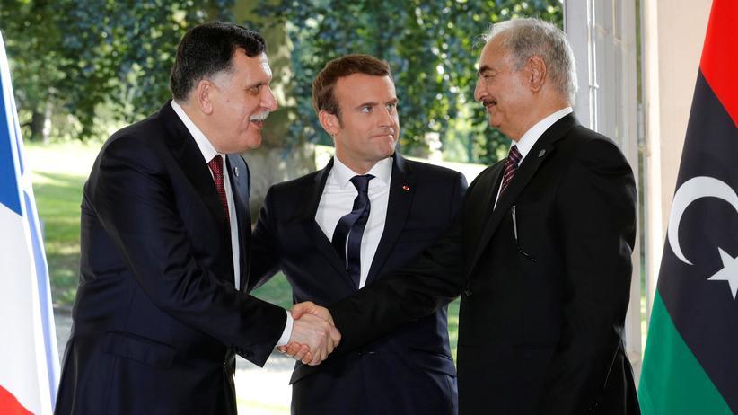Libyen: Macron (M) mit dem libyschen Premier Fajis al-Sarradsch (L) und dem Kommandeur Khalifa Haftar in der Nähe von Paris