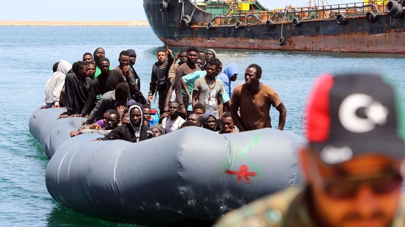 Mittelmeer: Flüchtlingsboot vor der libyschen Küste