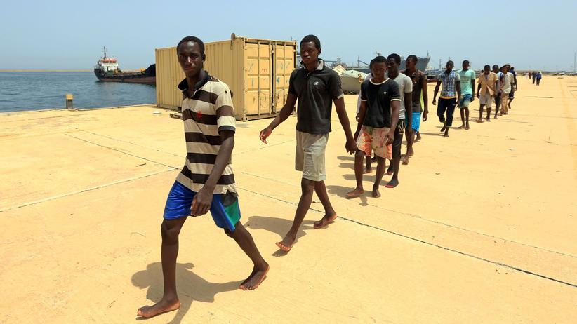 Frankreich: Migranten am Hafen von Tripolis in Libyen