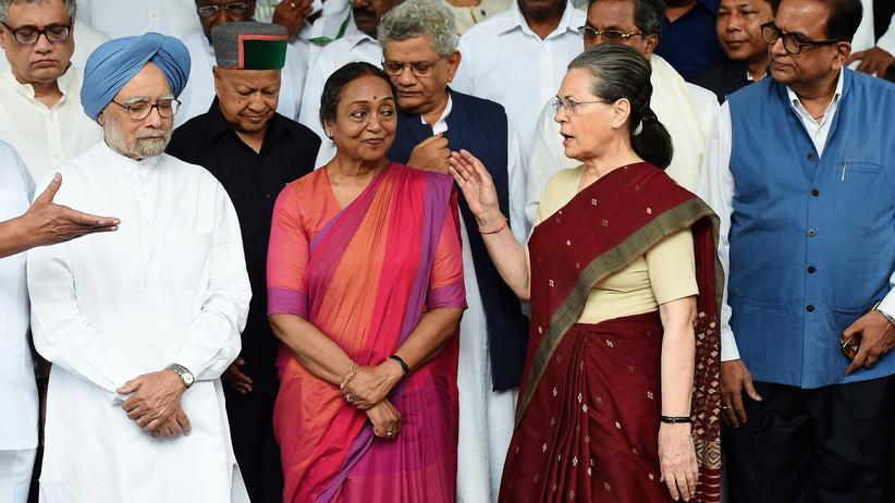Indien: Zwei Frauen an der Spitze Indiens: Die Kandidatin für das Amt des Staatsoberhaupts, Meir Kuma (M.), neben der Vorsitzenden der Kongresspartei, Sonia Gandhi (r.)