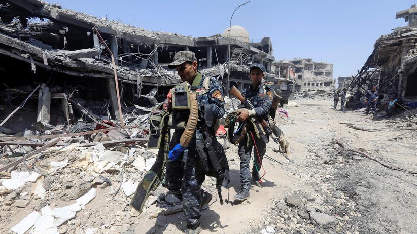 """""""Islamischer Staat"""": Mitglieder der irakischen Polizei tragen Selbstmordgürtel, die der """"Islamische Staat"""" in Mossul zurückgelassen haben."""