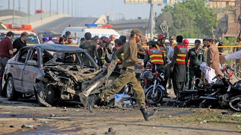 Bombenexplosion: Polizisten und Rettungskräfte am Tatort in Lahore