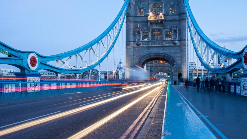 Autoindustrie: Verkehr auf der Tower Bridge in London