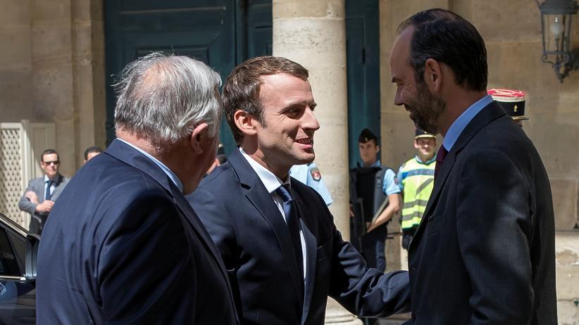 Frankreich: Macron (M) und Premierminister Edouard Philippe (r) in Paris