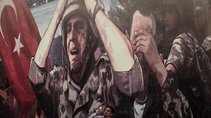 Militärputsch in der Türkei: Gehören längst zum kollektiven Gedächtnis der Türkei: die Ereignisse am 15. Juli 2016, hier dargestellt in einem Wandgemälde in Istanbul