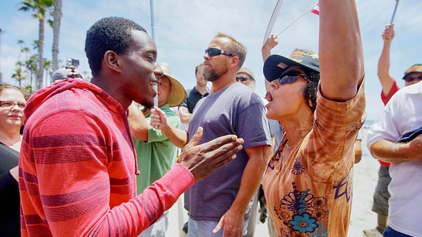 Muslime in den USA: Ein Aktivist für Migrantenrechte und eine Gegnerin des Islams während einer Anti-Scharia-Demonstration in Kalifornien