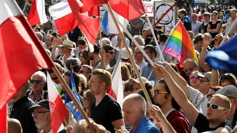 Polen: Demonstranten versammeln sich vor dem polnischen Parlament in Warschau.