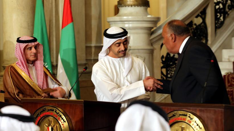 Katar: Die Außenminister Saudi Arabiens (links: Adel al-Jubeir), der Vereinigten Arabischen Emirate (Mitte: Abdullah bin Zayed al-Nahyan) und Ägyptens (rechts: Sameh Shoukry) nach einem Treffen in Kairo.