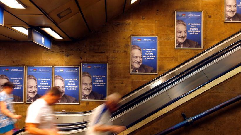 """Zoltán Kovács: Plakate der Regierung zeigen den US-Investor George Soros neben dem Slogan: """"Lasst George Soros nicht zuletzt lachen""""."""