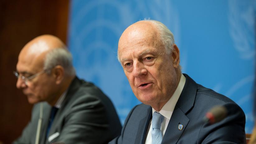 Friedensgespräche in Genf: Der UN-Sondergesandte Staffan de Mistura (rechts) bei einer Pressekonferenz im Palais des Nations in Genf