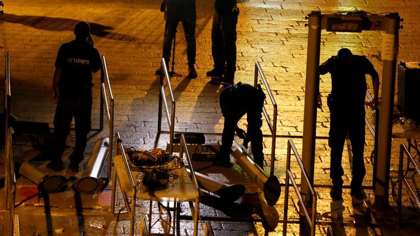 Israelische Sicherheitskräfte entfernen die Metalldetektoren.