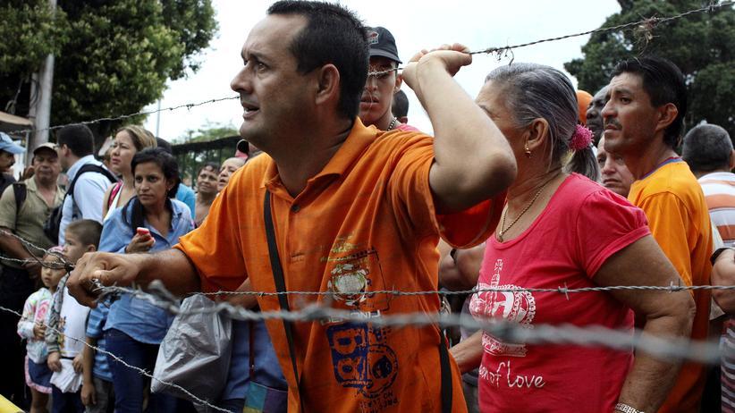 Venezuela: Seit Ausbruch derr Krise passieren täglich 25.000 Venezolaner die Grenze zu Kolumbien wie hier in Urena – um einzukaufen, was es in Venezuela nicht mehr gibt, oder um gleich dazubleiben.