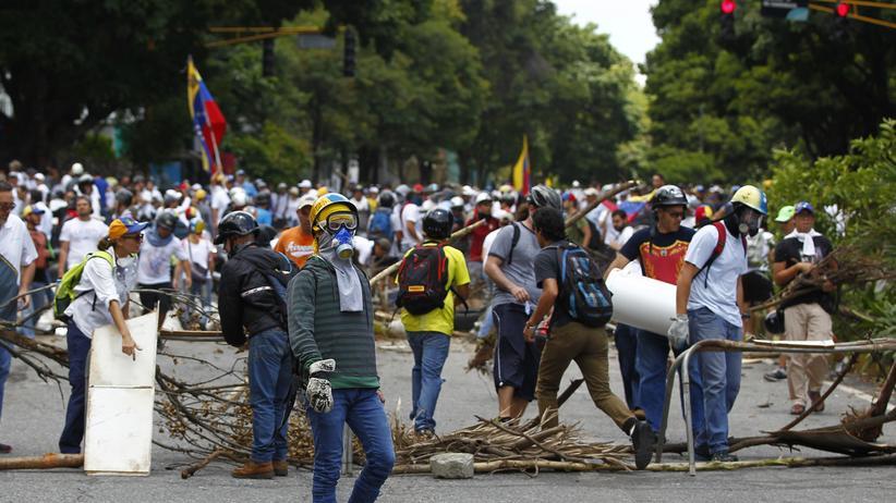 Nicolás Maduro: Anhänger der Opposition errichten bei den Unruhen um die Wahl zur verfassunggebenden Versammlung in Venezuela eine Barrikade in der Hauptstadt Caracas.
