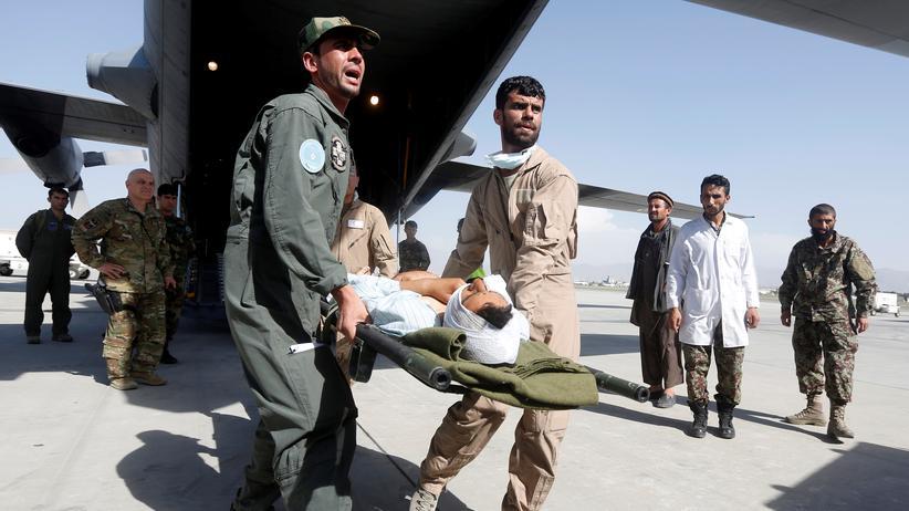 Afghanistan: Die Afghanische Luftwaffe trägt einen verwundeten Sicherheitsbeamten aus einem C-130 Flugzeug in Kabul, 2017.
