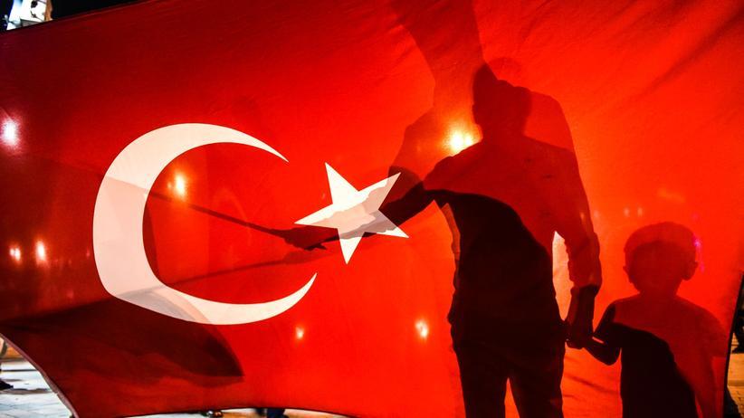 Asyl: Türken demonstrieren für ihre Republik auf dem Istanbuler Taksim-Platz nach dem gescheiterten Putschversuch im Juli 2016.