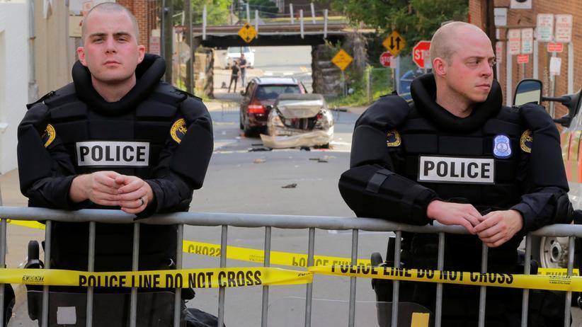 Charlottesville: Zwei Polizisten an einer Absperrung in Charlottesville am Tag nach den Ausschreitungen