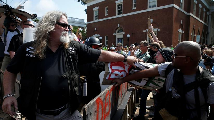 Charlottesville: Auto fährt in Demonstranten