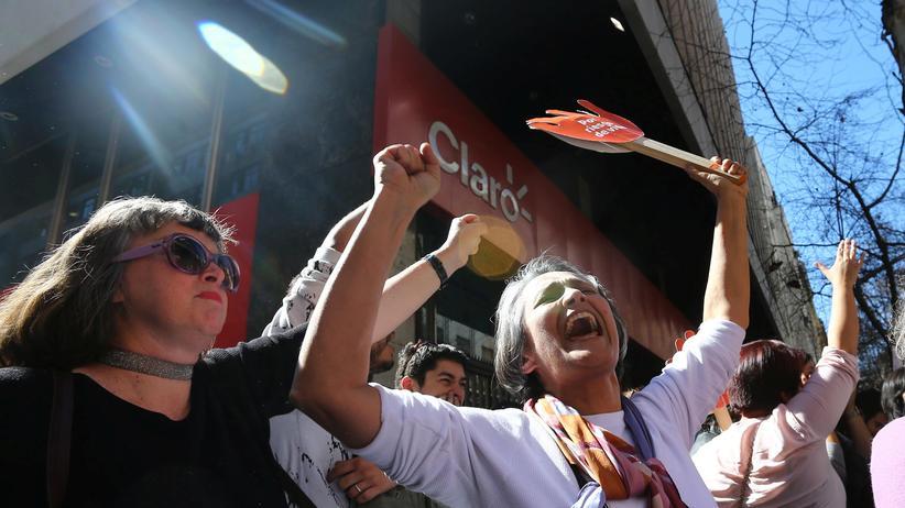 Chile: Demonstranten in Santiago de Chile freuen sich über die Lockerung des Abtreibungsverbots.