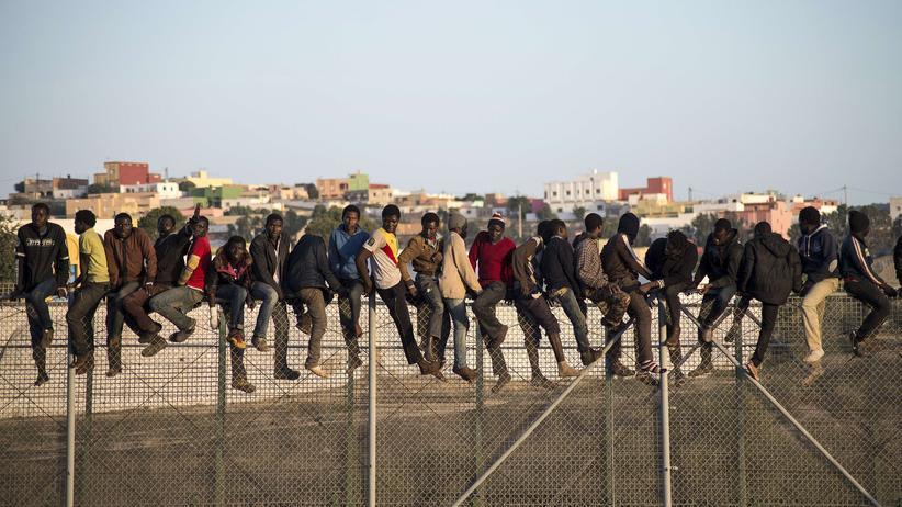 Flüchtlinge: Melilla im Oktober 2014: Dutzende Flüchtlinge versuchen das Gebiet der spanischen Exklave zu erreichen