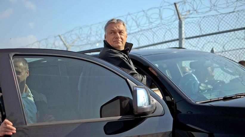 Flüchtlinge: Ungarns Ministerpräsident im Jahr 2016 bei der Besichtigung eines Grenzzauns zwischen Bulgarien und der Türkei