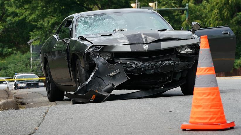 Gewalt in Charlottesville: Mit diesem Auto fuhr der Täter in eine Gruppe Demonstranten.