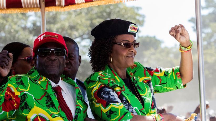 Simbabwe: Grace Mugabe mit ihrem Mann, Simbabwes Präsident Robert Mugabe bei einer Kundgebung