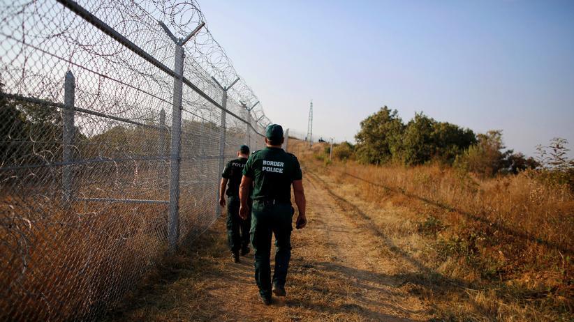 Flüchtlingskrise: Polizisten an der türkisch-bulgarischen Grenze: Hier soll künftig mehr Militär zum Einsatz kommen.