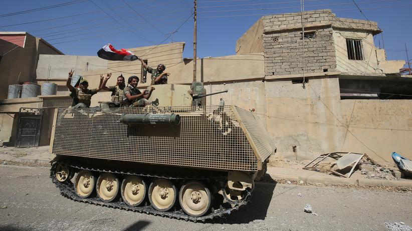 Irak: Irakische Kämpfer zeigen in Tal Afar das Victory-Zeichen.