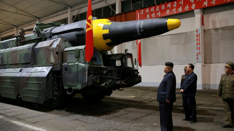Korea-Konflikt: Kim Jong Un inspiziert eine Rakete.