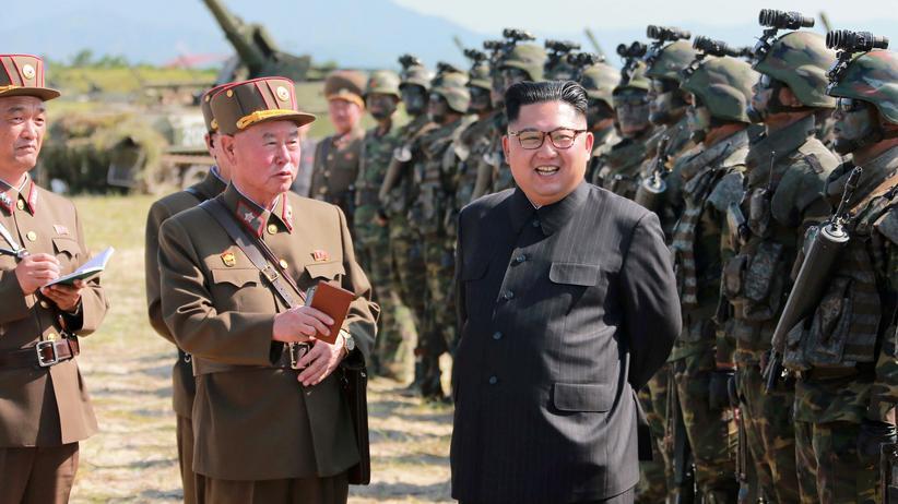 Nordkorea: Nordkoreas Staatschef Kim Jong-Un mit Spezialkräften der koreanischen Volksarmee